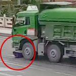 【閲覧注意】バイクの男性がトラックのタイヤに踏み潰されて頭が破裂する映像。
