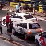 事故で死んでしまった人間の死体をゆっくり轢いてしまうドライバーの映像。