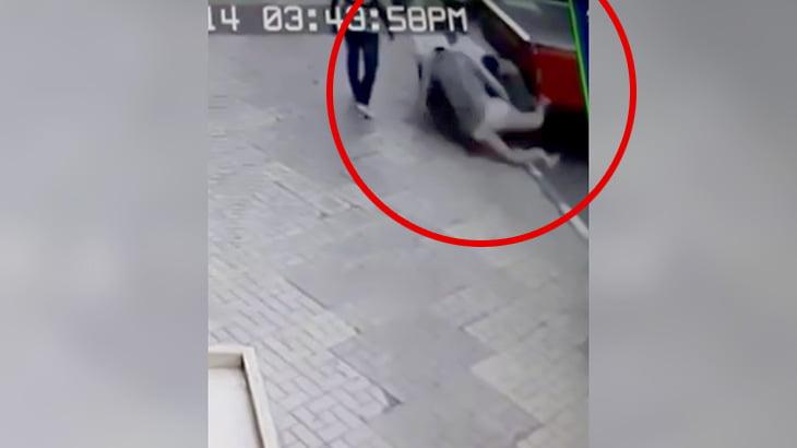 飛び降り自殺者が下にいた男性を巻き込んでしまう映像。