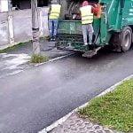 作業員の男性がゴミ収集車と電柱に挟まれてしまう映像。