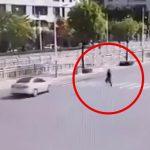 当たり屋の男が車に轢かれようとして失敗する映像。