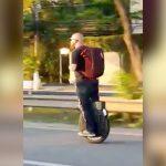 公道を高速セグウェイで走る男がコケてしまう映像。