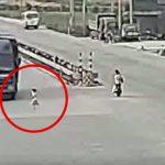小さな女の子が突然走り出してトラックに跳ねられてしまう映像。