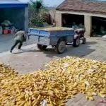 トラクターが突然動き出して納屋が壊れてしまう映像。