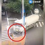 【閲覧注意】トラックのタイヤで頭が破裂する事故映像。