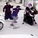 バイクに乗っていた女性を突然ナイフで刺して殺す男の映像。