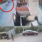 ロバに突進されて転倒してしまうバイカーの映像。
