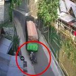 突然バックしてきたトラックに轢かれてしまうバイカーの映像。