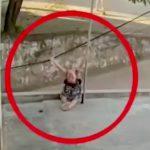 小さな女の子が電線に触れて感電死してしまう映像。