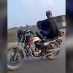 バイクの上で体育座りしながら走る男が事故る映像。