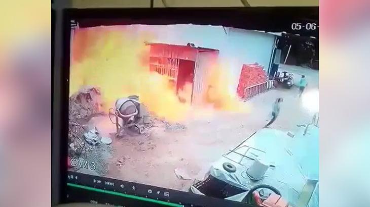 トラックから伸びた燃料ホースが外れて炎上してしまうアクシデント映像。