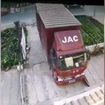地面が突然陥没してトラックが落ちてしまう映像。
