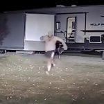 ゲームの敵キャラみたいな男が警察官に襲いかかる事件映像。