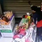 お店のシャッターを上げて盗みに入ろうとした男を瓶でもぐら叩きする映像。