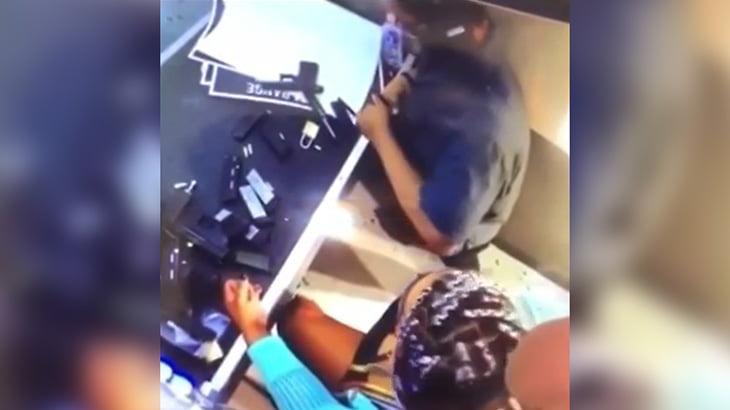 射撃場のインストラクターが誤って女性客を撃ち殺してしまう映像。
