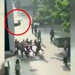 広げた布で飛び降りた女性を受け止めようとした男性が激突して死亡する映像。