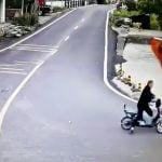 バイクの男性が油圧ショベルに轢かれてしまう事故映像。