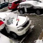 """【ロシア】""""建物から剥がれた何か"""" が落下して駐車していた車を破壊する映像。"""