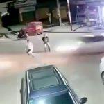 車が弾丸みたいに建物に突っ込んでいく事故映像。