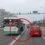 バスの扉に挟まってしまった男性が引きずられてしまう映像。