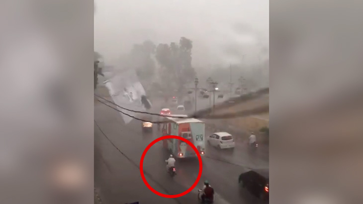 強風に煽られて剥がれ落ちた看板にぶつかってしまうバイカーの映像。