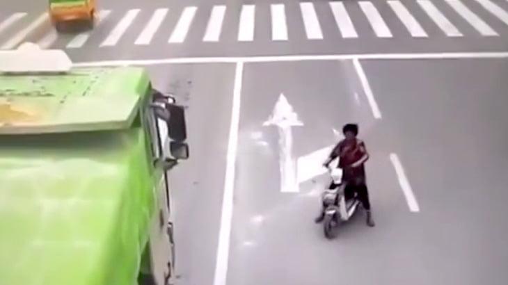 【閲覧注意】あまりにも自由に動き回るバイクのおばちゃんがトラックのタイヤに引きずられる映像。