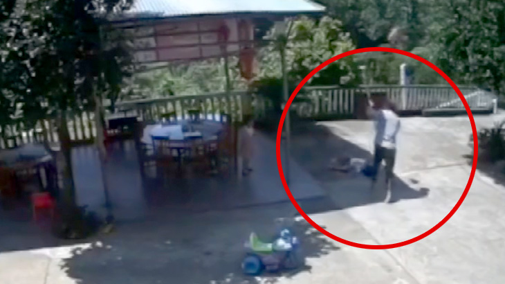 小さな女の子を鍬で殴り殺したあと祈りを捧げる男の映像。