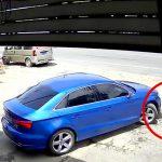 近くで遊ぶ男の子に気付かずに車を発進させて轢いてしまう映像。