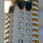 炎に追いやられて窓から人が次々飛び降りてしまう火事現場の映像。