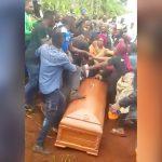 棺桶を前にして取っ組み合いの喧嘩を始める参列者たち in アフリカ。