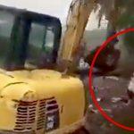 工事に反対する女性が重機で突き飛ばされる映像。