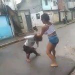小人症の男性と健常者の女性の喧嘩を笑いながら撮影する映像。