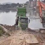 埋立地でダンプカーが川にボッシュートされてしまう映像。