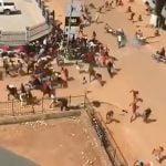 暴動で集まった群衆が警察に発砲されて蜘蛛の子を散らすように逃げる映像。