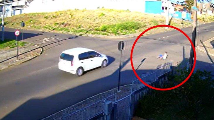 スケボーで道路を走っていた男性が車に轢かれる事故映像。