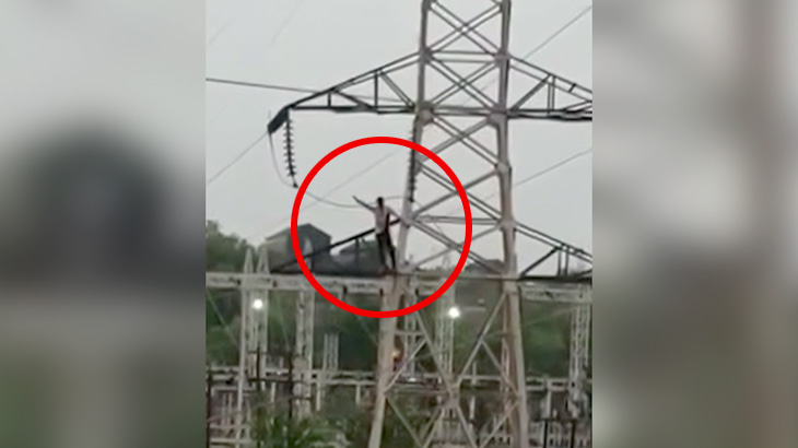 鉄塔に登り電線に触れて自殺する男の映像。