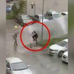 暴風に見舞われた街で剥がれたトタン屋根みたいなものに吹き飛ばされてしまう男性の映像。