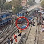 背後から迫りくる列車に気付かず轢かれてしまう男の映像。