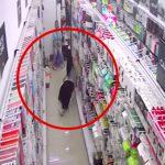 お店に買い物に来た女性が突然床に倒れて死んでしまう映像。