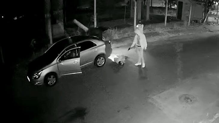 トランクから引きずり出した男を銃殺して車で轢いて立ち去る事件映像。