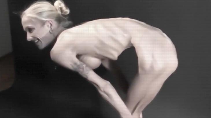 オッパイの形はキレイだけどガリガリすぎる女性の映像。