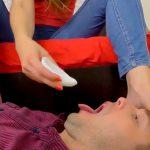 女性が削り取った足裏の角質を食べさせられる男の映像。