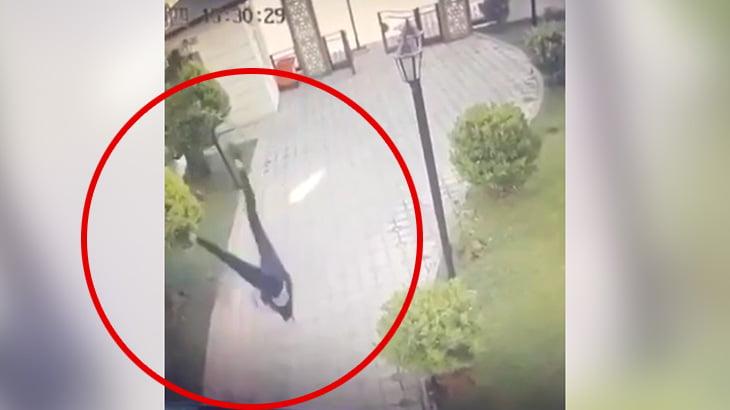 彼氏にベランダから放り投げられた女性が地面に激突する映像。