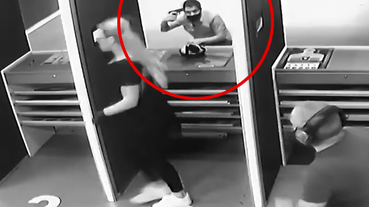射撃場で自分の頭を撃って自殺する男の映像。