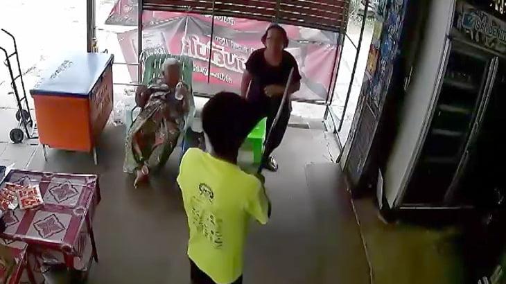 刀を持ってブチ切れる男とまったく動じないおばちゃんの映像。