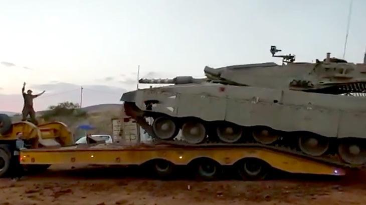 戦車をトラックに乗せようとしてひっくり返ってしまう映像。