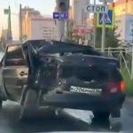 ボッコボコに壊れたまま走り続ける車の映像。
