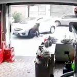 車にゆっくりと脚を轢かれてしまう女性の映像。