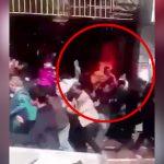 自分の身体に火を放ち群衆の中を走り抜ける男の映像。