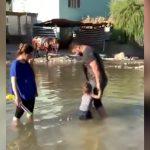 小さな子どもを水場で遊ばせていた家族が砲弾を受けてしまう映像。